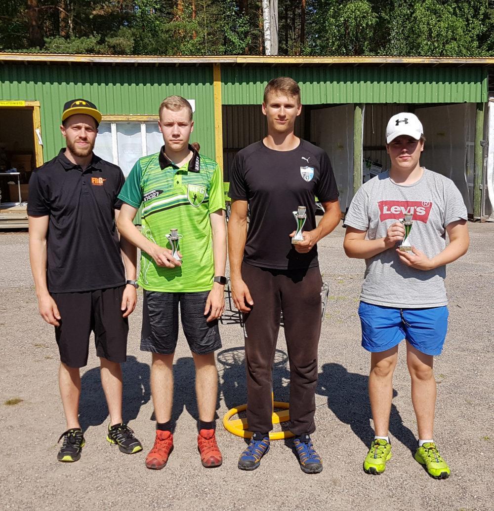 Aarne Ahvenainen (kolmas vasemmalta) voitti Hyvinkää-Riihimäen Amateur Seriesin. Kuva: SFL